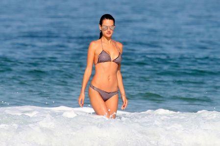 alessandra-ambrosio-at-ipanema-beach-in-rio-de-janeiro-08-02-2016_8